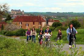 Le Douzou est le point de départ de nombreuses randonnées et il est traversé par une voie verte pour les vélo