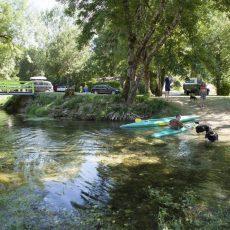 Le camping 3 étoiles en Dordogne Périgord Noir met à disposition gratuitement des canöes pour vous ballader sur la rivière le Céou qui traverse le camping
