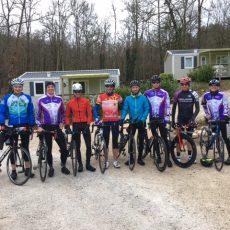 Tous les ans le camping Le Douzou accueille des groupes de triathlètes pour des stages sportifs en Dordogne Périgord Noir à côté de Sarlat