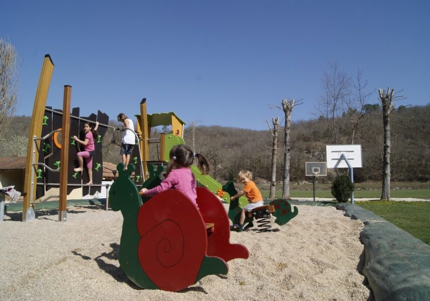 Le camping 3 étoiles le Douzou en Dordogne Périgord dispose d'une aire de jeux pour les jeunes enfants