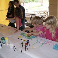 Des ateliers peinture et bricolage sont organisés et encadrés par notre animateur pour les tous petits au camping en Dordogne Périgord Noir