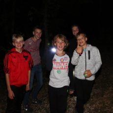 Une animation chemin fantômes est organisée la nuit pour les enfants au camping le Douzou en Dordogne Périgord Noir près de la Roque Gageac