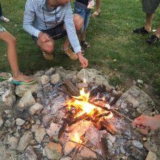 Deux fois par semaine il y a un feu de camps au camping 3 étoiles le Douzou en Dordogne Périgord avec chamallows grillés