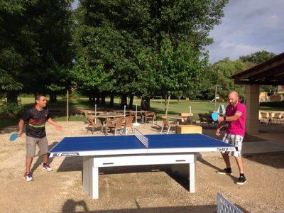 Les équipements sportifs comme les tables et raquettes de ping pong sont à disposition gratuitement au camping le Douzou près de Sarlat en Dordogne Périgord Noir