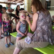 Une activité maquillage gratuite est organisée pour les enfants tous les mercredis au camping le Douzou en Dordogne Périgord Noir