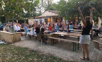 Tous les jeudis soirs le camping 3 étoiles le Douzou en Dordogne Périgord noir organise un repas accompagné d'un concert ou d'un spectacle