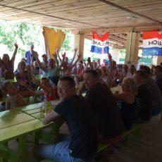 Le Camping 3 étoiles Le Douzou en Dordogne Périgord noir diffuse à la télévision les évènements sportifs au Snack bar
