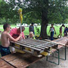 De nombreux jeux comme la construction et la course de radeaux sur la rivière le Céou sont organisés par l'équipe d'animation au camping le Douzou en Dordogne Périgord