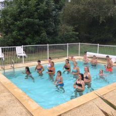 Une animation aquagym est organisée tous les vendredis matin dans la piscine chauffée du camping 3 étoiles le Douzou en Dordogne Périgord Noir