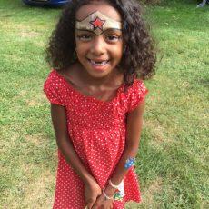 les garçons et les filles peuvent participer à l'animation gratuite maquillage au camping en Dordogne Périgord Noir
