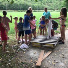 L'activité Robinson avec construction de radeaux au camping 3 étoiles Le Douzou en Dordogne Périgord Noir