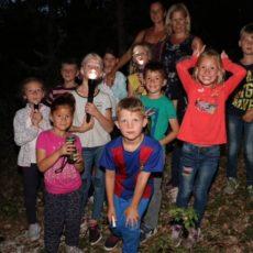 Marche nocturne pour les enfants au camping en Dordogne Périgord Noir