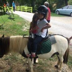 LA ballades en poney pour les enfants est une animation au camping en Dordogne Périgord Noir