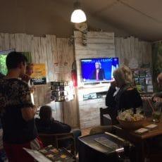 Au snack bar du camping le Douzou en Dordogne Périgord Noir il y a la télévision