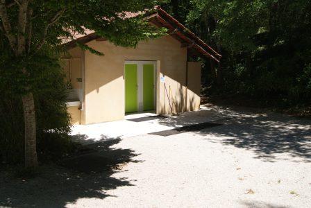 Le camping 3 étoiles le Douzou en Dordogne Périgord dispose de deux blocs sanitaires dont une partie est chauffée et accessible aux personnes à mobilité réduite