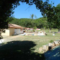 Retrouvez de nombreux services au camping 3 étoiles en Dordogne Périgord Noir tel que notre snack pour déguster boissons, pizzas, saucisses, frites, glaces et desserts à petits prix