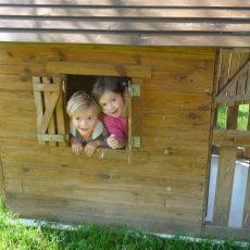 Les plus petits pourront jouer dans nos cabanes en bois et sur l'aire de jeux qui leur est dédiée