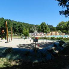 Notre aire de jeux pour les jeunes enfants pour jouer en toute sécurité au toboggan