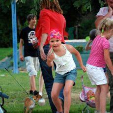 Terrains de sport, de pétanque, nature, aire de jeux, animations, piscines chauffées, spectacles... les enfants ne s'ennuient jamais au Douzou en Dordogne Périgord Noir