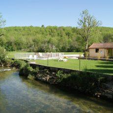 Notre petite piscine chauffée profonde d'un mètre se trouve au bord de la rivière le Céou en Dordogne Périgord Noir