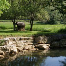 Le camping 3 étoiles Le Douzou en Dordogne Périgord Noir est traversé par la rivière le Céou. Certains de nos emplacements sont en bord de rivière.