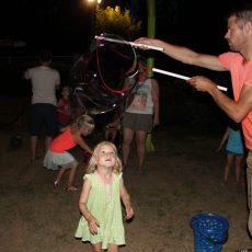 Spectacle de bulles géantes lors d'une soirée repas organisée tous les jeudis soirs au camping 3 étoiles le Douzou en Dordogne Périgord Noir