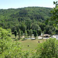Une vue de hauteur du camping 3 étoiles le Douzou en Dordogne Périgord Noir prise d'un chemin de randonnée