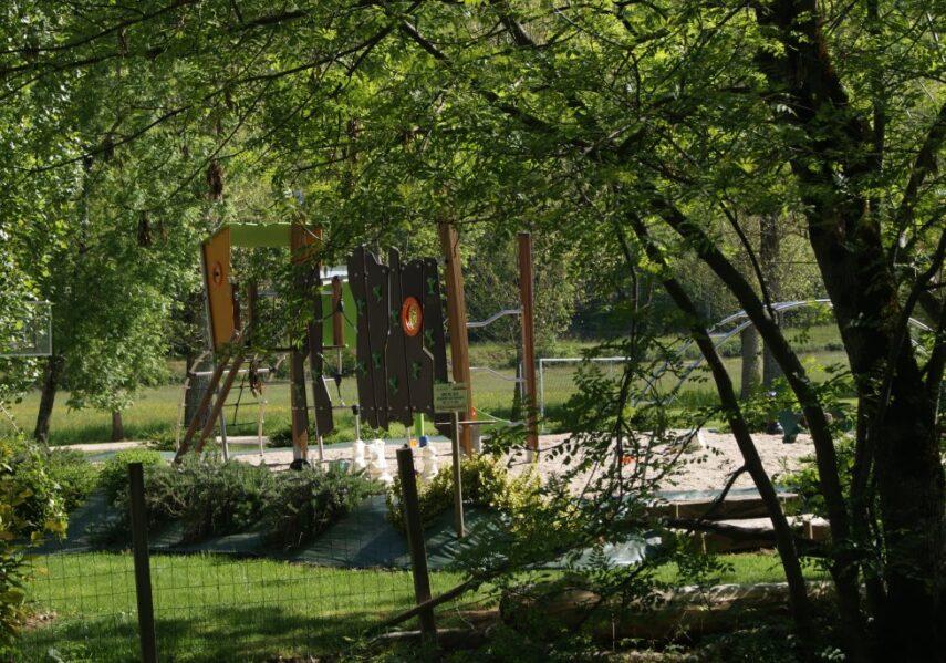 Aire de jeux avec toboggan au camping 3 étoiles le Douzou en Dordogne Périgord Noir