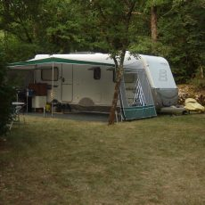 Installez votre tente ou votre caravane sur de grands emplacements en pleine nature ou vous serez bercé par le bruit de la faune et la flore environnante
