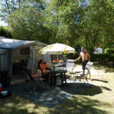 Le Camping 3 étoiles le Douzou en Dordogne Périgord Noir propose de vastes emplacements permettant d'accueillir les tentes et caravanes de toutes les dimensions, même les plus grandes