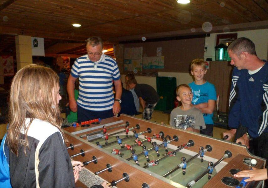 Nous mettons à disposition gratuitement des jeux tel que baby foot, billard, table de ping pong ainsi que tout le matériel (raquettes, ballons, boules de pétanque...)