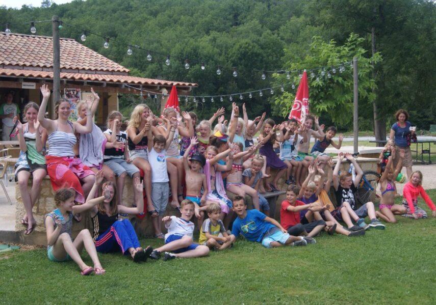 Le camping 3 étoiles le Douzou en Dordogne Périgord Noir organise de nombreuses activités pour les enfants avec note animateur multilingues. Jeux, tournois de sports, ateliers, poney, pool party, feu de camps...