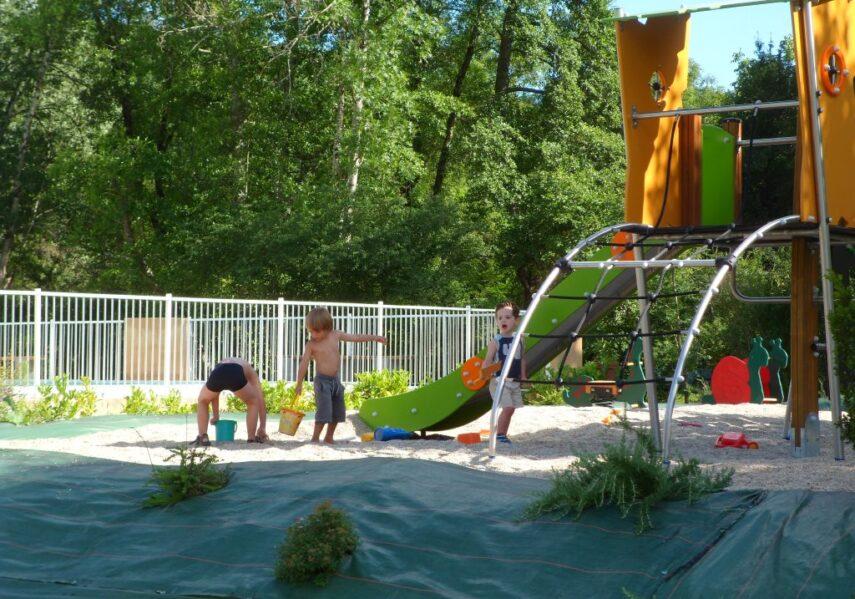 Notre aire de jeux pour les jeunes enfants au camping en Dordogne Périgord Noir fera le bonheur des plus petits