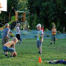 Notre animateurs organise des jeux par équipe au camping en Dordogne Périgord Noir mêlant adultes et enfants avec toujours une récompense pour les vainqueurs