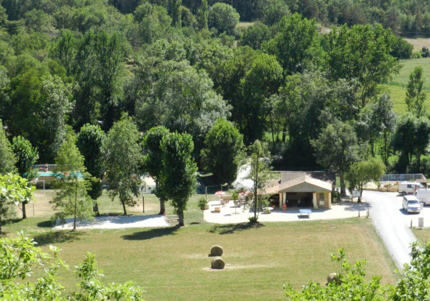 Le camping 3 étoiles le Douzou en Dordogne Périgord Noir se trouve dans un cadre naturel et préservé. Nous vous garantissons une coupure avec votre quotidien en vos apportant le confort, notre convivialité et notre disponibilité.