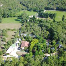 Le camping 3 étoiles le Douzou en Dordogne Périgord Noir près de Sarlat est un camping nature et familial traversé et situé au bord de la rivière le Céou