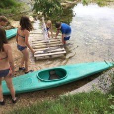 DEs courses de radeaux et de canoës sont organisés sur l rivière le Céou qui traverse le camping