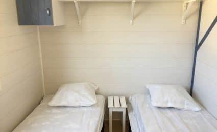Le mobile home ohara 734 dispose d'une chambre équipée de 2 lits simples et de plusieurs rangements