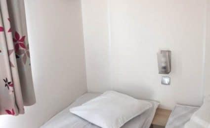 Une des 2 chambres enfants du mobile ohara 834T est équipée de 2 lits simples et de plusieurs rangements