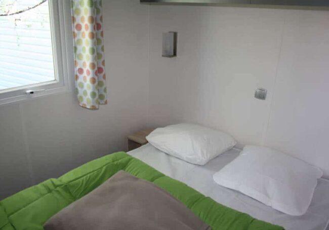 Le mobile home ohara 884 dispose d'une chambre avec un lit double 140x190 cm et de plusieurs rangements