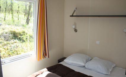 Le mobile home ohara 734T dispose d'une chambre équipée d'un lit double 140x190 cm et de plusieurs rangements