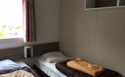La deuxième chambre du mobile home Ibiza est équipée de 2 lits simples et de rangements
