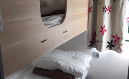 Une des 2 chambres du mobile home ohara 834T est équipée de 2 lits simples superposés