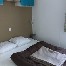 La chambre parental est équipée d'un grand lit double 160x200 cm et de tous les rangements nécessaires