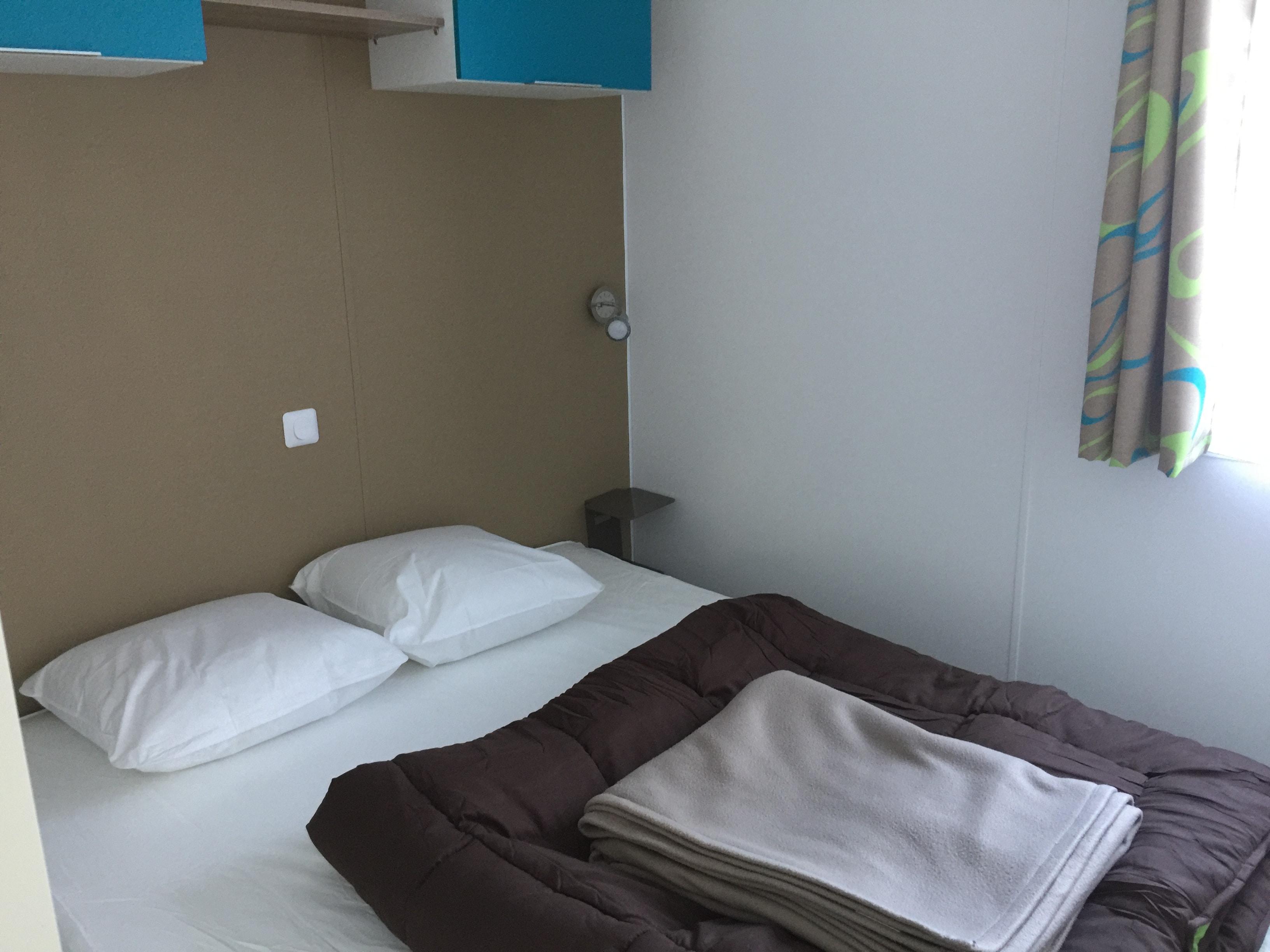chambre parentale grand lit double bermudes trio 2017 camping le douzou. Black Bedroom Furniture Sets. Home Design Ideas