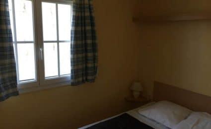 La chambre parentale du mobile home calvi est équipée d'un lit 140x190 cm et de plusieurs rangements