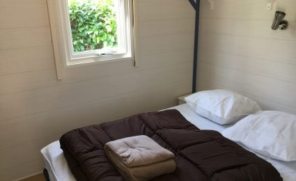 Le mobile home ohara 734 dispose d'une chambre équipée d'un lit double 140x190 cm et de plusieurs rangements