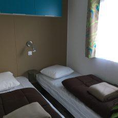 Une des deux chambres enfants du mobile home Bermudes Trio décorée avec soin