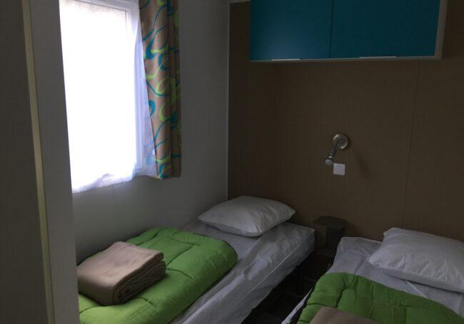 Le Bermudes Trio 3 chambres au camping 3 étoiles le Douzou en Dordogne Périgord Noir est composé de deux chambres chacune équipée avec deux lits simples