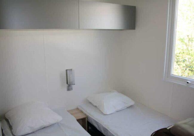 Le mobile home ohara 884 dispose de 2 chambres contenant chacune 2 lits simples et plusieurs rangements